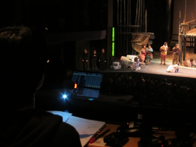 口述影像員在控制室內描述舞台情況