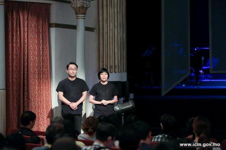 劇場視形傳譯員在「第二十六屆澳門藝術節」以手語詮釋表演相片