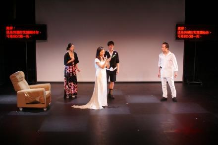 演員正在演出,台上兩側的字幕機顯示通達字幕。