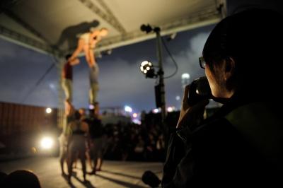 口述影像員由美為形體表演作口述影像