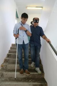攝影師在工作坊當中學習與視障人士溝通及相處技巧