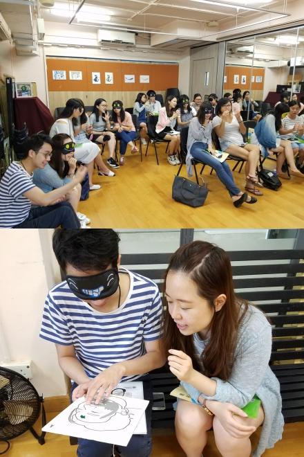 上圖為參加者分組作口述影像練習;下圖有兩位參加者一人蒙眼摸觸感圖,另一人嘗試口述影像。
